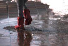 Giochi che i bambini possono fare quando fuori piove